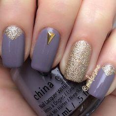 Uñas moradas y glitter dorado