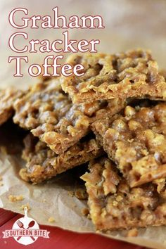 Easy Graham Cracker Toffee Have some chocolate graham crackers that will go nicely with this recipe! Candy Recipes, Sweet Recipes, Cookie Recipes, Dessert Recipes, Holiday Baking, Christmas Baking, Christmas Candy, Merry Christmas, Christmas Gifts