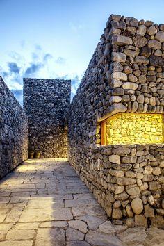 Eingangssituation, Nachtaufnahme, Jun Myung-jin, Archium, Himalesque, Radiostation, Ortbeton, Naturstein, Mauerwerk