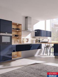 Im modernen, lichtdurchfluteten Raum ist die Systema 4030 Samtblau Hochglanz Lack Grifflos ein wahrer Blickfang. Ihre glänzenden Fronten setzen in jedem Küchenraum einen trendigen Akzent. Um die Wirkung der nachtblauen Farbe zu unterstreichen, sind dazu Elemente in Wildeiche-Optik kombiniert.