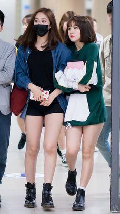 Sinb e Eunha Kpop Girl Groups, Kpop Girls, Japanese Beauty, Asian Beauty, Bubblegum Pop, G Friend, Entertainment, Japan Girl, Airport Style