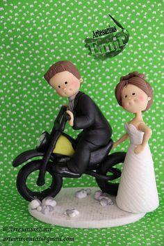 Novios en moto #masaflexible #porcelanafria #coldporcelain #fimo #arcillapolimerica #polymerclay #handmade #handcrafted #hechoamano #hechoenvenezuela #madeinvenezuela #love #amor #torta #weddingcake #wedding #weddingtopper #caketopper #topedetorta #weddingdesign #Boda #BodasenVenezuela #Novia #Novias #bodasvzla #bodas2014 #noviospersonalizados #novios #ArtesaniasEmir