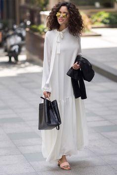 Kevsersarioglu Plain Lined Long White Dress TL alisveris. Muslim Fashion, Modest Fashion, Hijab Fashion, Boho Fashion, Fashion Outfits, Fashion Design, Dress With Cardigan, The Dress, Mode Outfits