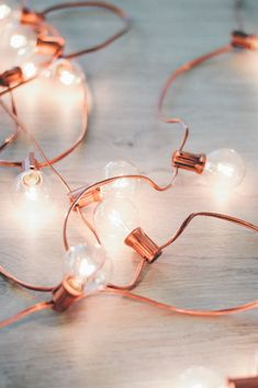 DIY Rose Gold Holiday Lights Not into the green holiday lights? DIY your very own this season and whip up a string of rose gold holiday lights. All you need is spray paint and lights! Rose Gold Rooms, Rose Gold Decor, Rose Gold Party Decorations, Rose Gold Bedroom Accessories, Wedding Centerpieces, Room Decor Bedroom Rose Gold, Bedroom Turquoise, Aisle Decorations, Gold Home Decor
