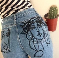 Es gibt nichts Bessers, als alte Vintage-Jeans wieder aufzupimpen und erneut in unser Herz zu schließen. Diese tolle Version mit aufgestickten Gesichtern ist mehr als cool. vintage / retro / hippie / blogger / Jeans / black / print / face / outfit / fashion | Stylefeed