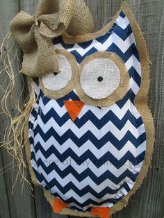 Owl Burlap Door Hanger Door Decoration Mixed Media Chevron Pattern Navy Blue and White LOVE him! Burlap Projects, Burlap Crafts, Craft Projects, Sewing Projects, Burlap Owl, Chevron Burlap, Chevron Fabric, Owl Crafts, Cute Crafts