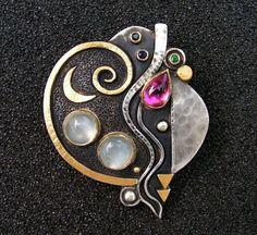 Linda Ladurner- Pendant,2013. Pink tourmaline, Indian moonstone, emerald, sapphire, silver, gold. Pendentif 2013. argent, or, tourmaline rose, pierre de lune, émeraude, saphir