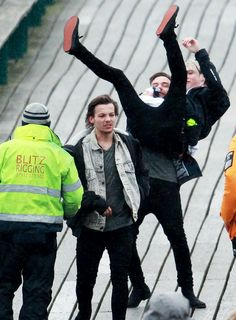 "Niam & I wonder what Louis is thinking<<< probably like ""ew peasant"""