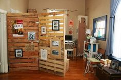 Therefore, pallet room divider is created to solve this problem. A pallet room divider can be used to partition one place to another, and generates privacy Diy Pallet Projects, Furniture Projects, Diy Furniture, Pallet Ideas, Wood Projects, Ideas Palets, Pallet Crafts, Apartment Furniture, Furniture Plans