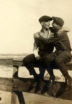 Homo History: Vintage Photos of Gay Couples Couples Vintage, Vintage Boys, Vintage Sailor, Lgbt Couples, Cute Gay Couples, Photos Du, Old Photos, Vintage Photographs, Vintage Photos