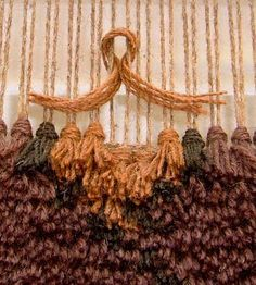 Great in sandy colors as a warm rug.Beklina: This gets me thinking.Using tapestry pattern huge display for wall?This gets me thinking. would love to make a super shag rug.Rya knots in weaving Weaving Textiles, Weaving Art, Weaving Patterns, Tapestry Weaving, Loom Weaving, Hand Weaving, Rug Loom, Stitch Patterns, Knitting Patterns