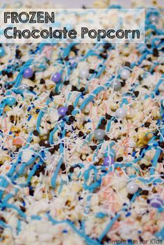 Okay, this is SO simple, you can do it in 15 minutes with a toddler running around, in 10 if you can just get it done without interruption! FROZEN Chocolate Popcorn looks so pretty and tastes great - perfect for birthday parties or movie night! Chocolate Popcorn, Frozen Chocolate, Melting Chocolate, Popcorn Recipes, Best Dessert Recipes, Fun Desserts, Candy Recipes, Christmas Desserts, Salty Snacks