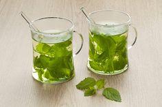 Meduňkový čaj. Home Remedies For Fever, Lemon Balm Tea, Home Medicine, Lemon Benefits, How To Treat Anxiety, Best Tea, Citronella, Good Housekeeping, Apple Cider Vinegar