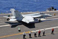 166605AG-405 FA-18E VFA-143 'Pukin Dogs' USS Dwight D. Eisenhower (CVN-69) | par Stuart Freer - Touchdown Aviation