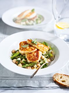 Salade d'asperges et de pois chiches avec fromage halloumi grillé Soup Recipes, Salad Recipes, Vegetarian Recipes, Cooking Recipes, Healthy Recipes, Grilled Halloumi, Halloumi Salad, Lunches And Dinners, Meals