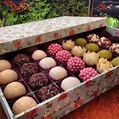 Caixa forrada de tecido e recheada de doces para festa