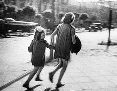 <b>Warszawa 1939 II wojna światowa Niemcy hitlerowcy.</b> Dzieci uciekają przed zbliżającym się niemieckim nalotem...