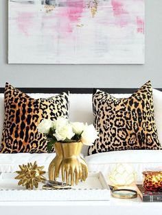 The look pays attention to details! #homeaccessories #interiordesign #designideas #modernaccessories #decor #homedecor #interiordesigninspiration #accessoriesideas Funky Home Decor, Unique Home Decor, Cheap Home Decor, Diy Home Decor, Palette Pastel, Interior Design Minimalist, Feminine Decor, Sofa Pillows, Cozy Sofa