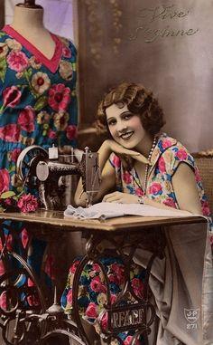 Un peu de nostalgie... Je trouve ces cartes postales anciennes magnifiques. Elle est ravissante cette jolie couturière, derrière sa machine à coudre !!!! Voici ma dernière création en cartonnage brodé. Tout est parti de cette broderie, création de Véronique...