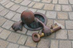 Scheveningen - Boulevard.  23 sprookjesachtige beelden van de Amerikaanse beeldhouwer Tom Otterness zijn hier in 2004 geplaatst. De beelden, die in het bezit zijn van het er achter liggend museum Beelden aan Zee, hebben een grote aantrekkingskracht op kinderen, die er op en rond kunnen spelen - en fotografen!  Foto: G.J. Koppenaal - 30/5/2012