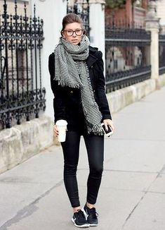 All black with statement scarf, casual outfit m, sneakers outfit Sneaker Outfits, Nike Outfits, Casual Outfits, Fall Winter Outfits, Autumn Winter Fashion, Vans Era, Look Fashion, Womens Fashion, Sport Outfit