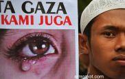 Seorang pengunjuk rasa membawa poster saat melakukan aksi solidaritas untuk Palestina di Mataram, NTB, Minggu (13/7).