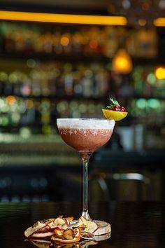 ° cranberrian °  Habt ihr schon für unseren Winterdrink des Jahres gevoted? Der Cranberrian sieht nicht nur elegant aus, er schmeckt auch so also kommt vorbei und überzeugt euch selbst. Mo - Sa von 16:00 - 2:00  ( Küche 17:00 - 23:00)  ..und vergesst nicht zu voten auf www.monat.at/lifestyle/2019-11-02-drink-des-jahres-186418/  Credits: Helge Bauer Winter Drink, Berry, Monat, Elegant, Drinks, Tableware, Classy, Drinking, Beverages
