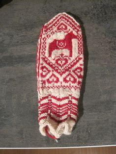 Ravelry: Dala Selbu Hybrid (Dala-Selbuvotter) pattern by Wenche Roald Mittens Pattern, Knit Mittens, Knitted Gloves, Wrist Warmers, Hand Warmers, Hand Knitting, Knitting Patterns, Horse Pattern, Pattern Library