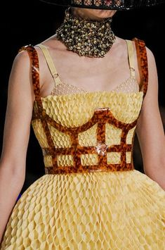 Alexander McQueen at Paris Fashion Week Spring 2013 - StyleBistro Style Haute Couture, Couture Fashion, Runway Fashion, Fashion Trends, Fashion Week Paris, High Fashion, Fashion Show, Fashion 2020, Women's Fashion