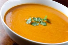 A Spicy Thai Curry Butternut Squash Soup Recipe - Here is a spicy butternut squash soup with curry to warm you up over the colder months. It's based on combining a traditional Thai recipe for yellow curry Pumpkin Curry Soup, Creamy Pumpkin Soup, Curried Butternut Squash Soup, Roasted Butternut, Lentil Soup, Pumpkin Spice, Carrot Curry, Beet Soup, Healthy Recipes