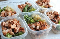 Including exact ingredients and calorie information. Cook on Sunday, and make 8 meals! More Meal prep ideas can be so helpful during the week to keep your diet on track. These Grilled Chicken Veggie Bowls are delicious and healthy make-ahead meals! Healthy Meal Prep, Healthy Snacks, Healthy Eating, Healthy Recipes, Dinner Healthy, Easy Recipes, Keeping Healthy, Veggie Snacks, Healthy Packed Lunches