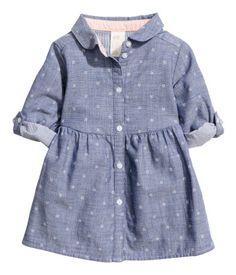 Beige clair/carreaux. Robe chemise en tissu de coton souple à motif imprimé…