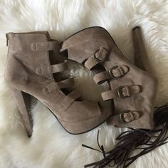 Open toe platform boot That chic style light brown suede like platform, with 4 buckle detail and zipper in the back, worn one time.. Like new  ✅Bundle and save  ✅ ✅ all reasonable offers will be considered No Trading  Poshmark rules only‼️ Measurements taken laying flat Ⓜ️ chest (armpit to armpit) 17  Ⓜ️ 5 1/2 inch heel Ⓜ️️️ 1inch platform Forever 21 Shoes Platforms