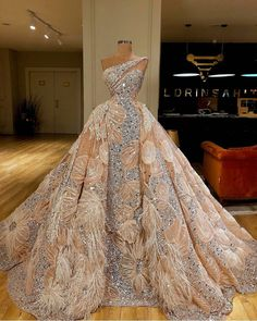 What a dreamy dress ? Dress by The post What a dreamy dress Dress by appeared first on Wedding Dresses. Elegant Ball Gowns, Ball Gowns Evening, Ball Gowns Prom, Ball Gown Dresses, Event Dresses, Wedding Gowns, Prom Dresses, Couture Dresses Gowns, Flapper Dresses