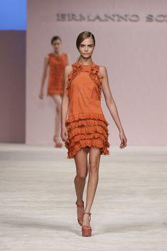 Ermanno Scervino - Pasarela  Me gusta el vestido de talle bajo y volantes a juego con el detalle superior del cuello que me recuerda a la papiroflexia :) me encanta Cara Delevinge