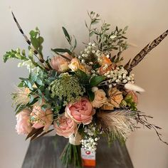 Boho bridalbouquet for Fanny Love the feathers and the roses Rose Wedding, Wedding Flowers, David Austin, Feathers, Floral Wreath, Bouquet, Roses, Wreaths, Table Decorations