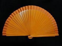 Abanico de madera liso. Color: Naranja. Medida: 23 cm.