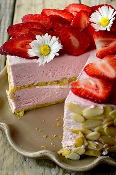 La Cucina Scacciapensieri: Torta mousse alle fragole con biscuit alle mandorle gluten free