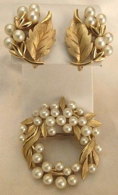 Vintage Trifari lustrous faux pearl wreath pin and earrings set - beautiful! Gold Bangles Design, Gold Earrings Designs, Gold Jewellery Design, Gold Jewelry, Jewellery Box, Damas Jewellery, Jewellery Supplies, Stylish Jewelry, Fashion Jewelry