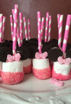 Perfect for a first birthday theme, a Minnie Mouse party is sure to be a hit with your little Disney fan. From cake to decorations, we have tons of adorable Minnie Mouse party ideas that you can easily incorporate into your event. Have a look! Minni Mouse Cake, Minnie Mouse Birthday Cakes, Minnie Mouse Baby Shower, Mickey Party, Mickey Mouse Birthday, Minnie Mouse Cake Pops, Minnie Mouse Theme Party, Mickey Cakes, Pink Minnie