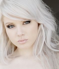 What is a white hair toner? Which are some of the best shampoos for white hair and what about trying white hair extensions. We have information on all that and much more including snow white hair. Stars D'hollywood, Color Del Pelo, White Blonde Hair, Ash Blonde, Bleach Blonde, Latest Hair Color, Platinum Blonde Hair, Tips Belleza, Great Hair