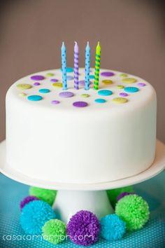 bolo falso decorado com botões.