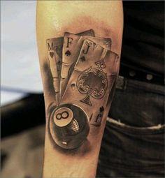 tatuajes de cartas y dados en brazo