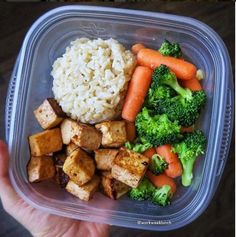 Clean eating is a big component of healthy living. Clean eating entails consuming meals and snacks that add value to the body. Finding clean eating meals for breakfast, lunch and supper is relatively easy because of the wide range of options that are. Lunch Meal Prep, Healthy Meal Prep, Healthy Snacks, Healthy Eating, Healty Meals, Meal Prep Bowls, Keto Meal, Diet Recipes, Cooking Recipes