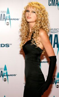 Taylor Swift at her first CMA Awards in 2006 Taylor Swift Debut Album, Taylor Swift Fotos, Young Taylor Swift, Selena And Taylor, Taylor Swift Hair, Long Live Taylor Swift, Taylor Swift Pictures, Taylor Alison Swift, Taylor Swift Country