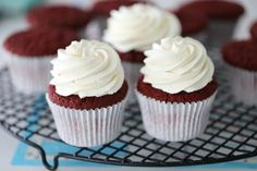 Ice cream cake - Passion For Baking-Islandskake – Passion For baking Red velvet cupcakes with airy vanilla cream - Red Velvet Muffins, Red Velvet Cheesecake Cupcakes, Red Velvet Poke Cake, Red Velvet Truffles, Baking Cupcakes, Cupcake Recipes, Cupcake Cakes, Baking Recipes, Vanilla Frosting