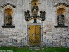Schloss Javorna in Böhmen (CZ).  Zuerst hielt ich es für ein Kloster das hier langsam aber sicher verfällt doch im Internet fand ich heraus das es sich um ein Schloss handelt. Viel zu schreiben gibt es nicht dazu die Informationen sind rar. Den Innenraum konnten wir nicht betreten aber man konnte von außen erkennen dass das Dach teilweise neu gedeckt war allerdings ist das bei vielen Häusern in Tschechien der Fall auch wenn sie kurz vor dem Zusammenbrechen sind.