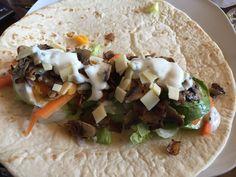 Wraps mit Champignons, Speck, Ei, Käse & Schnittlauchsauce #waskochen #snacks #wraps Snacks, Wraps, Mexican, Ethnic Recipes, Food, Carrots, Onion, Pepper, Food Portions