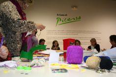 """Haciendo """"Peluches Picassianos"""" en el taller para familias de la Fundación María José Jove ¡Si es que estamos hechos unos artistas! #arte #aprender #marinedacity"""