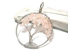"""**Baum des Lebens** Lebensbaum-Anhänger aus Rosenquarz-Splittern, hergestellt in Drahtwickeltechnik aus Silberdraht mit Kupferkern. Der """"Baum des Lebens"""" gilt als Symbol der Fruchtbarkeit und der..."""